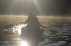 2 personer i kano motlys